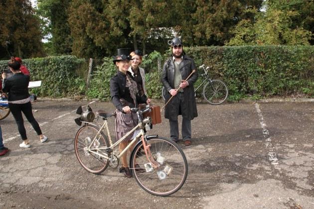 Troje osób przebranych w stroje steampunkowe.
